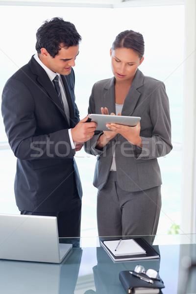 Fiatal kereskedő magyaráz tabletta kolléga számítógép Stock fotó © wavebreak_media