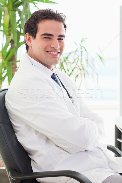 側面図 笑みを浮かべて 小さな 医師 座って 腕 ストックフォト © wavebreak_media