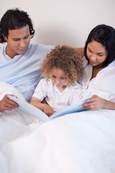 Fiatal család ül ágy olvas történet Stock fotó © wavebreak_media