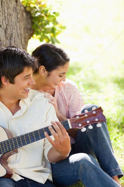 женщину смеясь друга играет гитаре Сток-фото © wavebreak_media