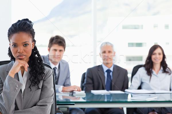 Jóvenes ejecutivo sesión mano barbilla equipo Foto stock © wavebreak_media
