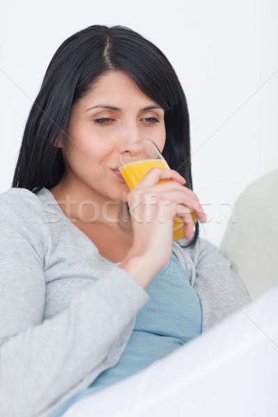 Vrouw drinken glas sinaasappelsap woonkamer venster Stockfoto © wavebreak_media