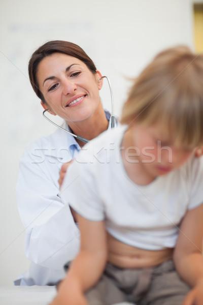 Médico examinar respiración nino estetoscopio Foto stock © wavebreak_media