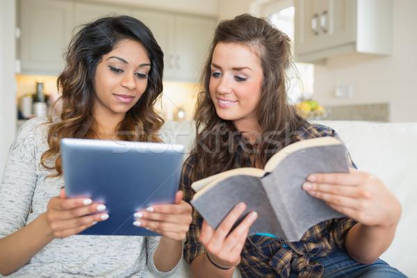 Twee meisjes lezing boek Stockfoto © wavebreak_media