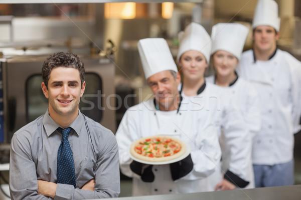 Pincér áll séfek tart pizza mosoly Stock fotó © wavebreak_media