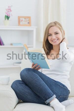 Gelukkig vrouw lezing verhalenboek home jonge vrouw Stockfoto © wavebreak_media