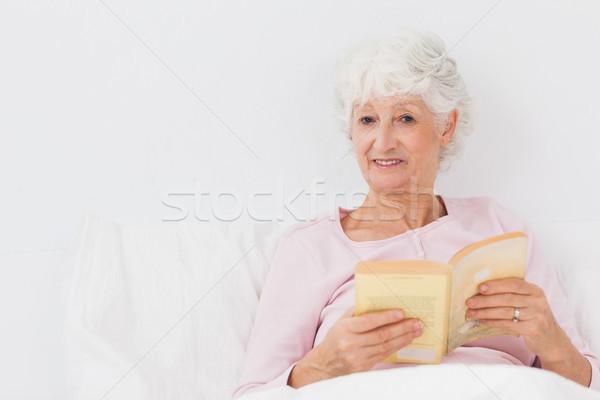 счастливым женщину книга старуху кровать дома Сток-фото © wavebreak_media
