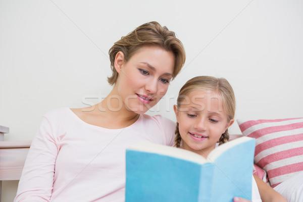 Madre lectura hija cuento casa dormitorio Foto stock © wavebreak_media