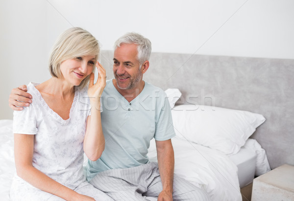 ストックフォト: 笑みを浮かべて · 男 · 女性 · 座って · ベッド · 成熟した男