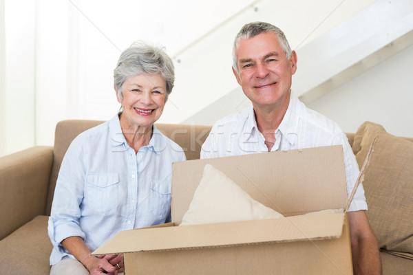 Photo stock: Couple · de · personnes · âgées · déplacement · nouvelle · maison · souriant · caméra