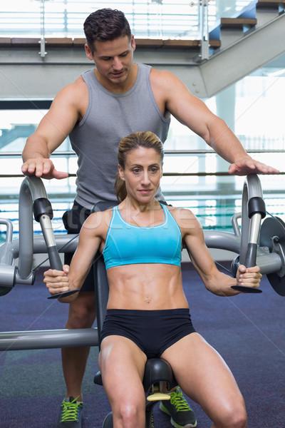 Personal trainer vrouwelijke bodybuilder gewicht machine Stockfoto © wavebreak_media