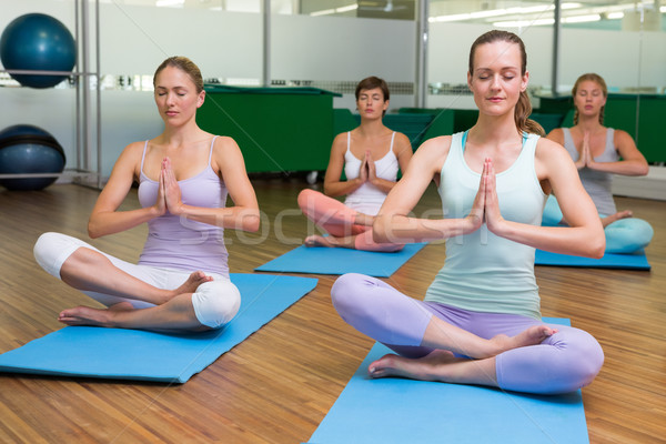 Sonriendo yoga clase loto plantean fitness Foto stock © wavebreak_media