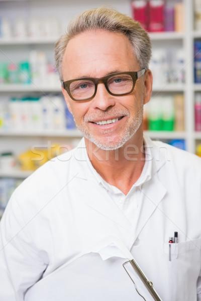 Altos farmacéutico portapapeles farmacia hombre Foto stock © wavebreak_media