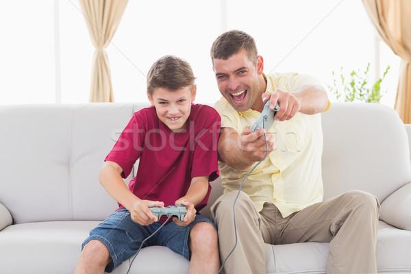 Izgatott apa fia játszik videojáték portré kanapé Stock fotó © wavebreak_media