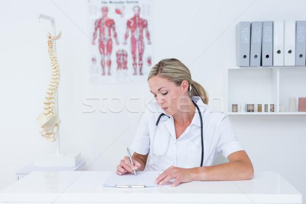 Médecin écrit presse-papiers bureau médicaux bureau Photo stock © wavebreak_media