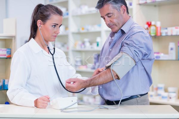 Stagiaire écouter impulsion stéthoscope pharmacie médicaux Photo stock © wavebreak_media