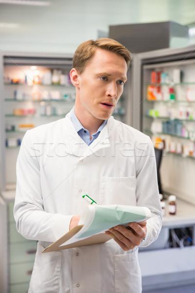 Koncentruje farmaceuta piśmie schowek szpitala apteki Zdjęcia stock © wavebreak_media