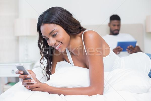 Nyugodt pár technológia ágy otthon hálószoba Stock fotó © wavebreak_media