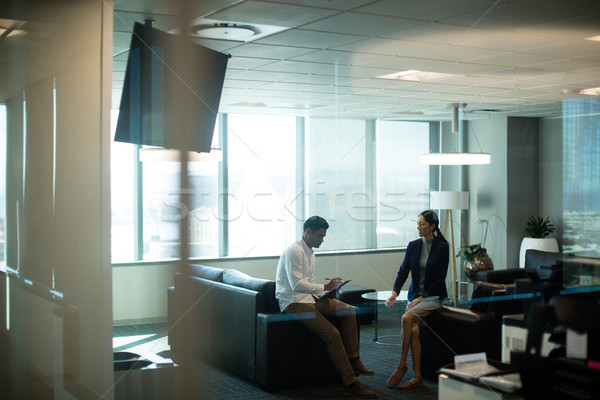 Imprenditore firma contratto seduta divano ufficio Foto d'archivio © wavebreak_media