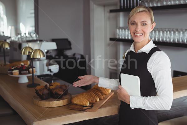Portré mosolyog pincérnő áll pult étterem Stock fotó © wavebreak_media