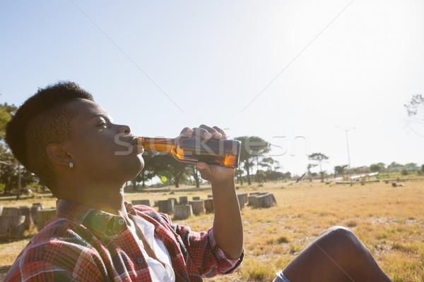Joven cerveza parque árbol verano Foto stock © wavebreak_media