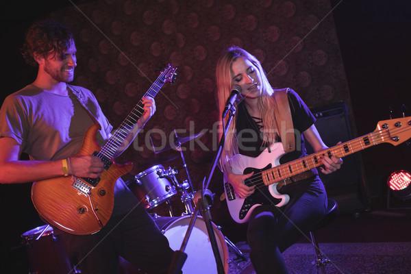 Mężczyzna kobiet gitarzysta nightclub kobieta Zdjęcia stock © wavebreak_media