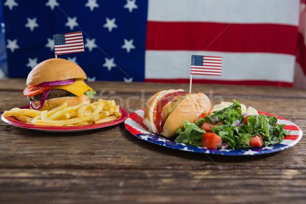 Hamburger hot dog fa asztal negyedike közelkép étel Stock fotó © wavebreak_media