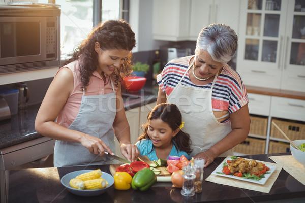 Madre insegnamento figlia cotoletta verdura cucina Foto d'archivio © wavebreak_media