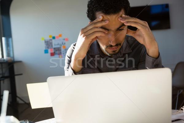 Frustrado empresario mirando portátil jóvenes oficina Foto stock © wavebreak_media
