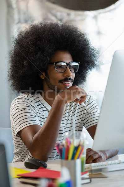 Férfi göndör haj számítógéphasználat iroda fiatalember kreatív Stock fotó © wavebreak_media