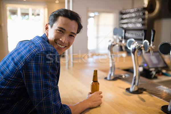 Człowiek piwa Licznik bar szczęśliwy hotel Zdjęcia stock © wavebreak_media