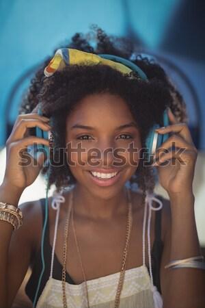 Fiatal nő visel napszemüveg lakókocsi furgon fiatal Stock fotó © wavebreak_media
