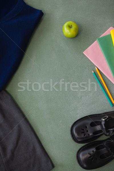 Uniforme scolaire livre crayon chaussures pomme tableau Photo stock © wavebreak_media