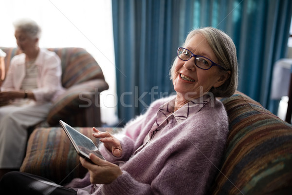 Portret uśmiechnięty starszy kobieta posiedzenia cyfrowe Zdjęcia stock © wavebreak_media