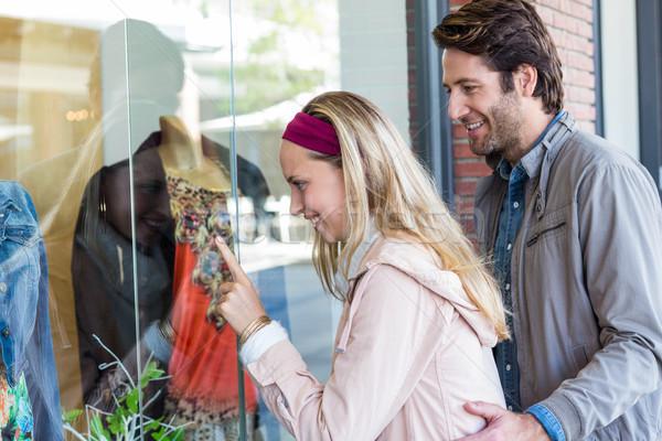 Glimlachend paar venster winkelen wijzend kleding Stockfoto © wavebreak_media