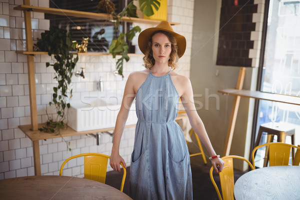 Portret młoda kobieta stałego kawiarnia krzesła kobieta Zdjęcia stock © wavebreak_media