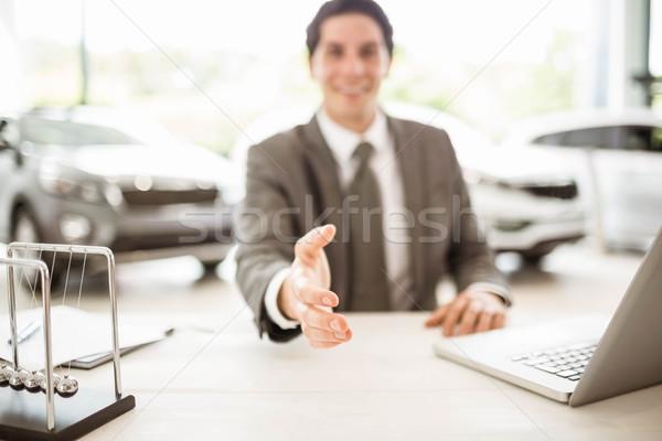 Sorridente vendedor pronto tremer mão Foto stock © wavebreak_media