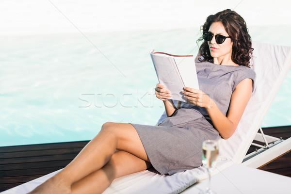 Lettura magazine rilassante sole donna Foto d'archivio © wavebreak_media