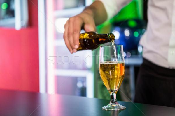 Középső rész csapos áramló sör üveg bár Stock fotó © wavebreak_media