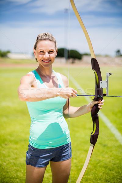 Portret vrouwelijke atleet oefenen boogschieten stadion Stockfoto © wavebreak_media