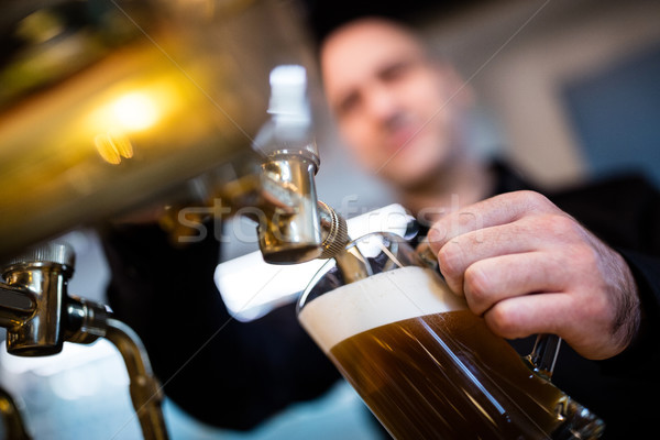 Nadzienie piwa szkła pompować bar człowiek Zdjęcia stock © wavebreak_media