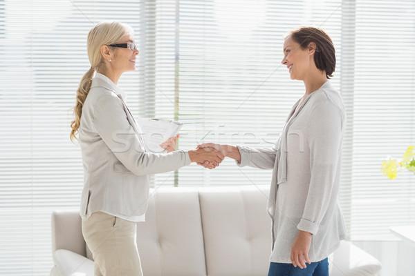 Nő terapeuta kézfogás mosolygó nő otthon segítség Stock fotó © wavebreak_media