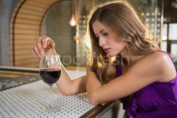 Nadenkend vrouw rode wijn bar counter restaurant Stockfoto © wavebreak_media