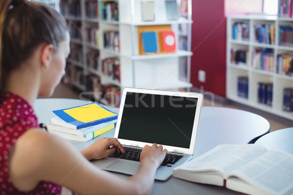 Studentessa utilizzando il computer portatile biblioteca scuola computer ragazza Foto d'archivio © wavebreak_media