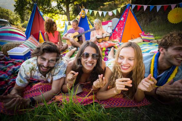 Groep vrienden poseren samen camping portret Stockfoto © wavebreak_media