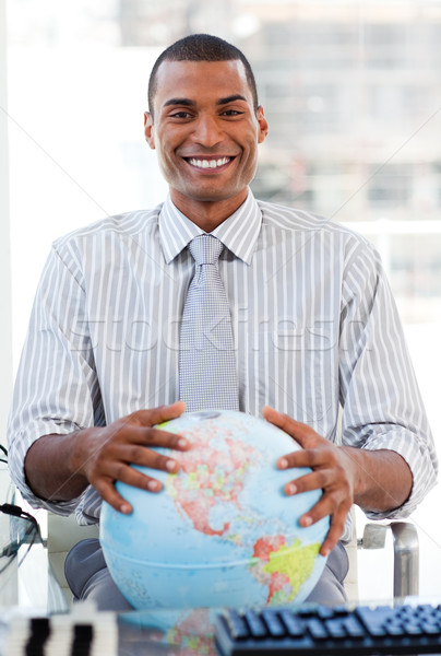 Enthousiast zakenman tonen wereldbol kantoor glimlach Stockfoto © wavebreak_media