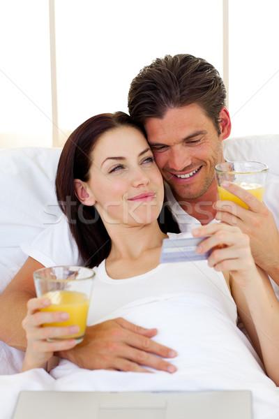 Intiem paar drinken sinaasappelsap vrouw glimlach Stockfoto © wavebreak_media