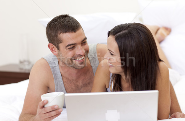 Marito moglie letto utilizzando il computer portatile famiglia ragazza Foto d'archivio © wavebreak_media
