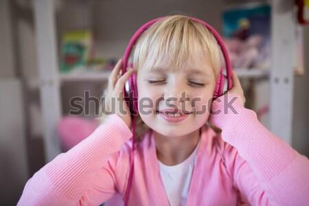 Aanbiddelijk luisteren naar muziek hoofdtelefoon bed gelukkig haren Stockfoto © wavebreak_media