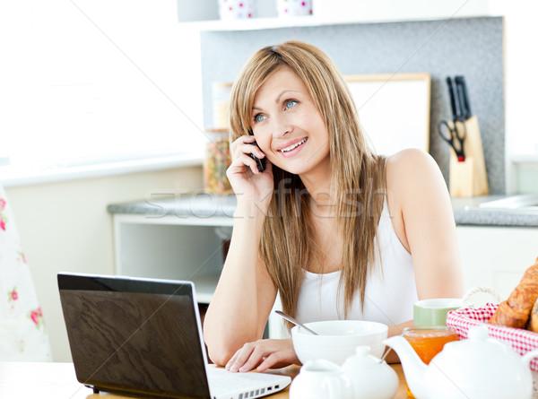 молодые кавказский женщину используя ноутбук говорить телефон Сток-фото © wavebreak_media